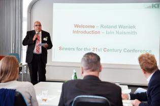 """Roland W. Waniek, dyrektor IKT - Institut für Unterirdische Infrastruktur. Międzynarodowa Konferencja """"Kanalizacja XXI w."""". Fot. Henning Winter IKT"""