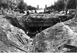 Odbudowa i poszerzanie tunelu linii średnicowej w Al. Jerozolimskich. 1946 r. Fot. Narodowe Archiwum Cyfrowe