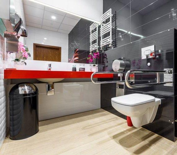 Jak zaprojektować łazienkę dla niepełnosprawnych? Oto cztery normy, które musi spełniać!