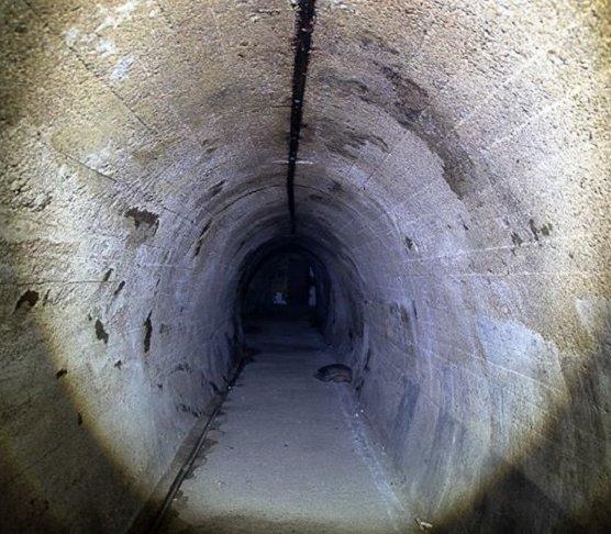 Co znajduje się pod Wzgórzem Kościuszki w Jeleniej Górze?