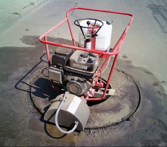 Sprzęt do wymiany pokryw studni kanalizacyjnych