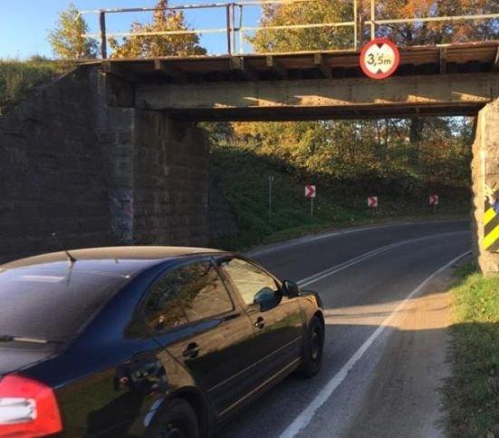 Pociągi z Krakowa Płaszowa do Bielska-Białej jeżdżą 20 km/godz. Uszkodzony wiadukt