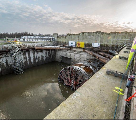 TBM wynurzyła się z wody po wydrążeniu tunelu na trasie Rotterdam–Amsterdam