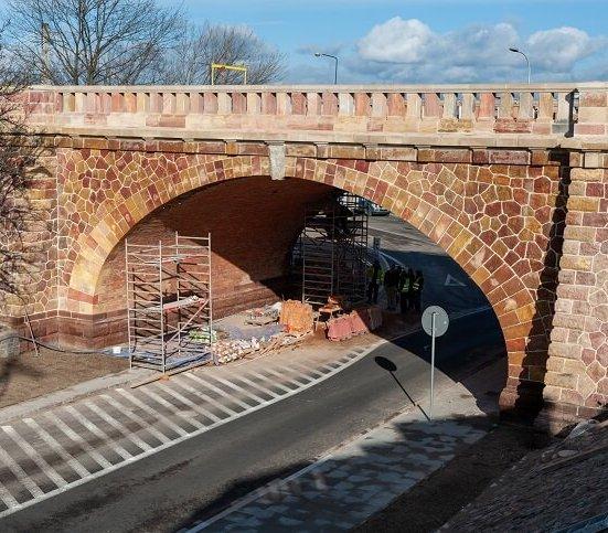 Warszawa: remont ceglanego zjazdu z mostu Poniatowskiego [zdjęcia]