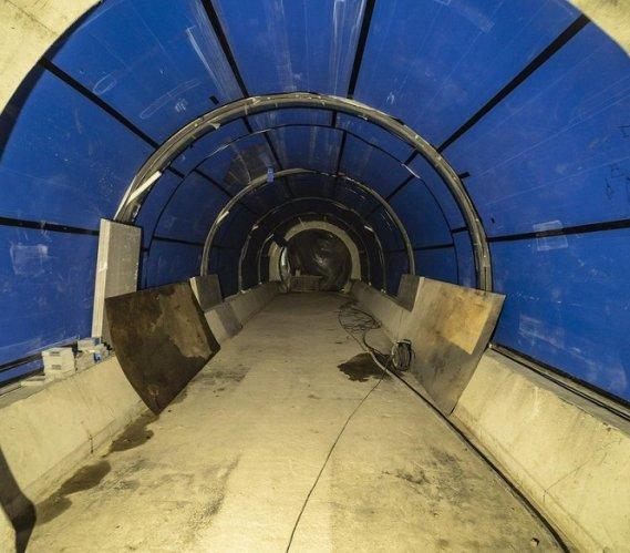 W Łodzi trwa montaż tunelu... dla rekinów