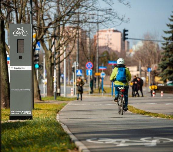 Totemy rowerowe w Warszawie: kolorowe syrenki pomogą rowerzystom?