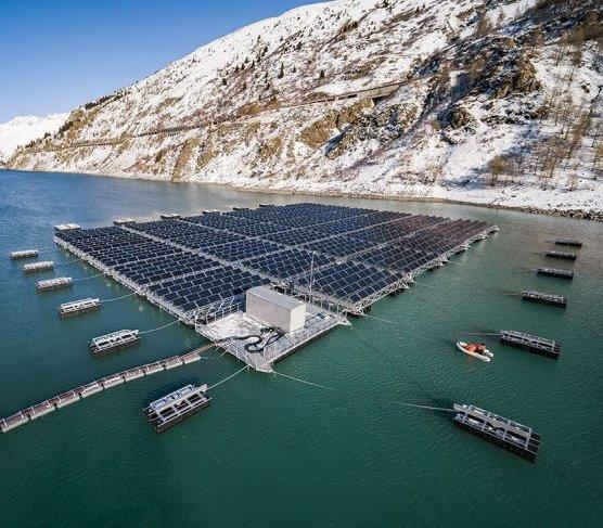 W szwajcarskich Alpach pływa elektrownia słoneczna