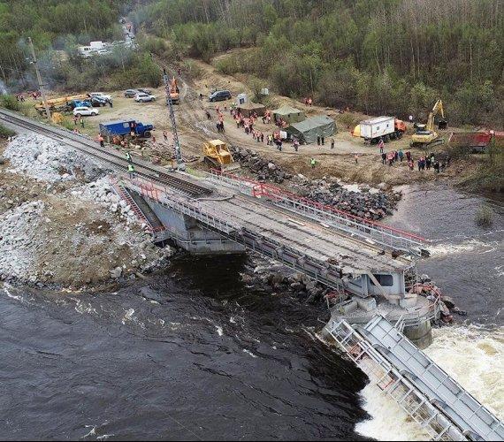 Rosja: trwa odbudowa ważnej trasy kolejowej po zawaleniu się mostu