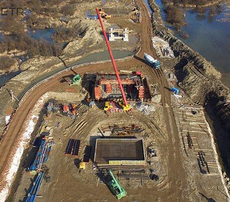 Budowa mostu  na terenie zalewowym