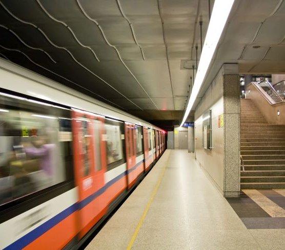 Awaria metra w Warszawie. Pasażerowie utknęli między stacjami