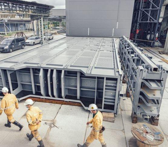 Ogromna, czteropiętrowa winda na 200 osób w szybkie kopalni Janina