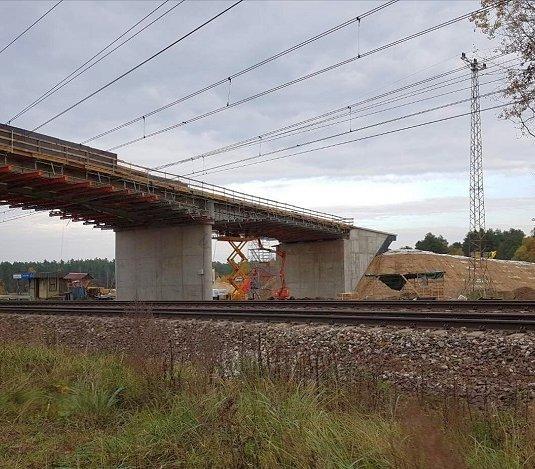 Półmetek budowy dwóch wiaduktów nad Centralną Magistralą Kolejową
