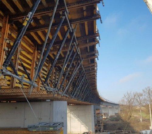Racibórz: przęsła mostu nad Odrą są już zabetonowane