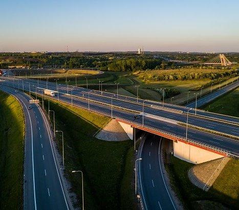 Autostrady w Polsce – kto za nie odpowiada, co się na nich dzieje?