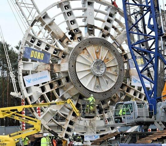 Tunel w Świnoujściu: tarcza TBM już w komorze startowej [zdjęcia]