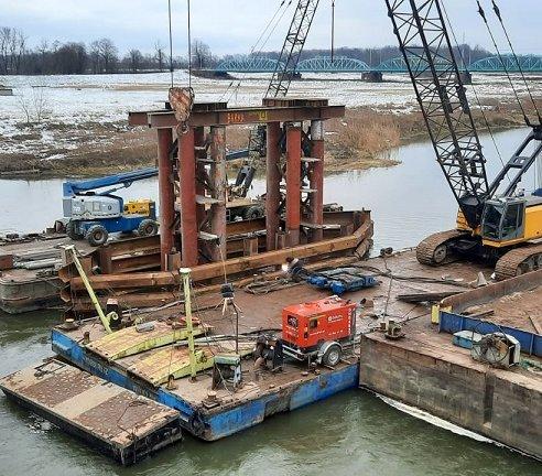 Budowa mostu tymczasowego w Ścinawie [zdjęcia]