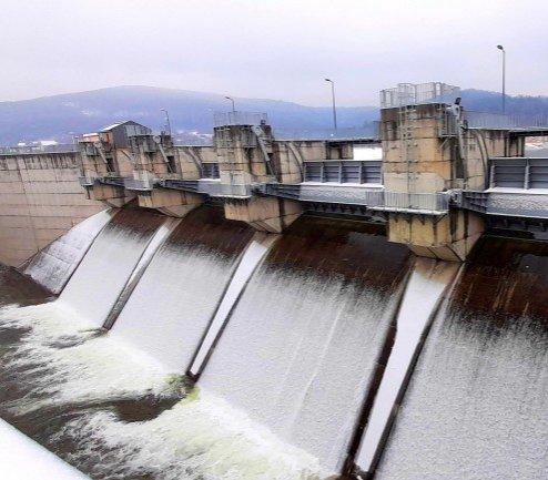 Najwyższa woda w Świnnej Porębie. Hydroelektrownia na pełnych obrotach