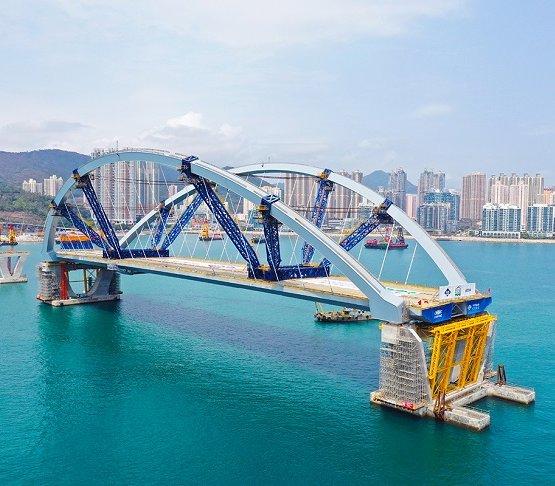 Hongkong: montaż z wody potężnej konstrukcji mostu [zdjęcia]