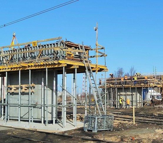 Budowa wiaduktu nad linią kolejową do Portu Gdańsk