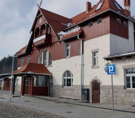 Zabytkowy dworzec w Szklarskiej Porębie nabrał nowego blasku
