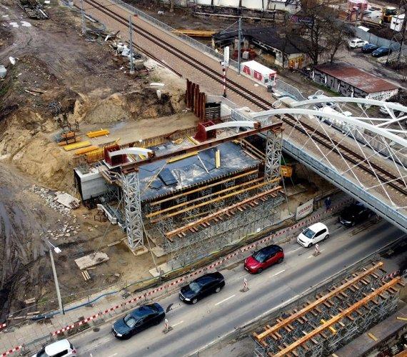 Most kolejowy w Krakowie: pierwsze elementy przęseł