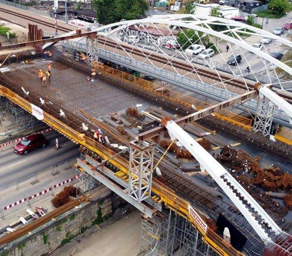 Kraków: budowa mostu kolejowego nabiera rozpędu