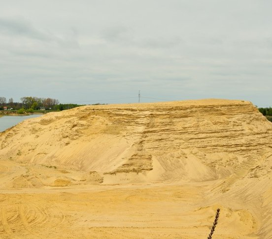 Wielki zbiornik retencyjny w wyrobisku po kopalni piasku w Kotlarni