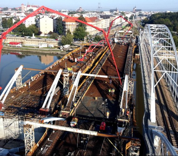 Zabetonują największe przęsło nowego mostu kolejowego w Krakowie