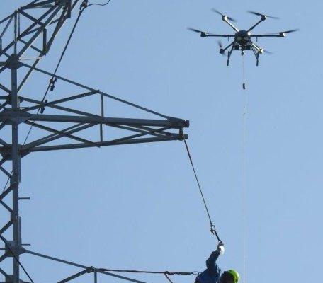Dron rozwiesił linię wysokiego napięcia nad torowiskiem [film]