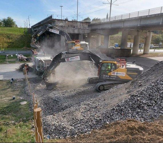 Rozbiórka wiaduktu w Bydgoszczy. Usypano poduszkę ziemną [wideo]