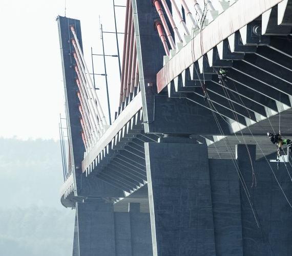 TYLKO U NAS: Montaż systemu monitorowania na moście w Kwidzynie