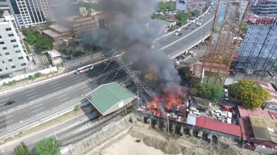 Filipiny: słup linii wysokiego napięcia stanął w płomieniach [FILM]