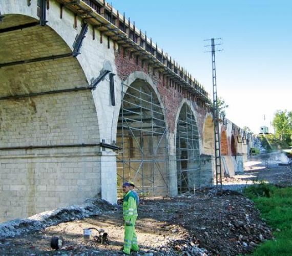 Fot. 1. Wiadukt kolejowy koło Zgorzelca - wzmacnianie rys