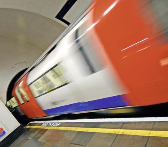 Fot. 1. Pociąg Blurred Tube wjeżdża do tunelu