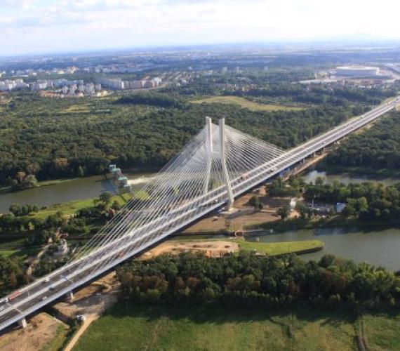 Most Rędziński w ciągu AOW, w tle Stadion na Euro 2012. Fot. z archiwum GDDKiA o. Wrocław, W. Kluczewski
