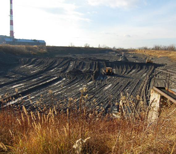 Fot. 1.  |Odpady paleniskowe na składowisku elektrociepłowni  w Siechnicy k. Wrocławia