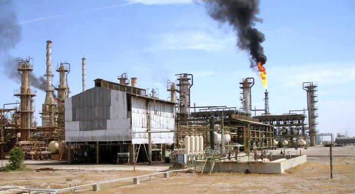 Wydobycie ropy i gazu w Basrze. Fot. Adobe Stock