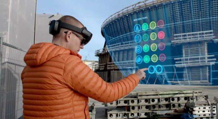 Połączenie aplikacji SYNCHRO XR firmy Bentley i gogli Microsoft HoloLens 2 pozwala wykorzystać możliwości rzeczywistości mieszanej na placu budowy. Źródło: Bentley Systems