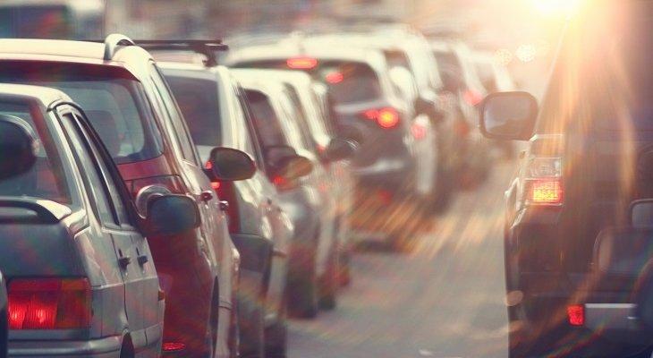 Korki spowodowane pracami na drogach sięgają często kilkunastu kilometrów. Fot. kichigin19 / Adobe Stock