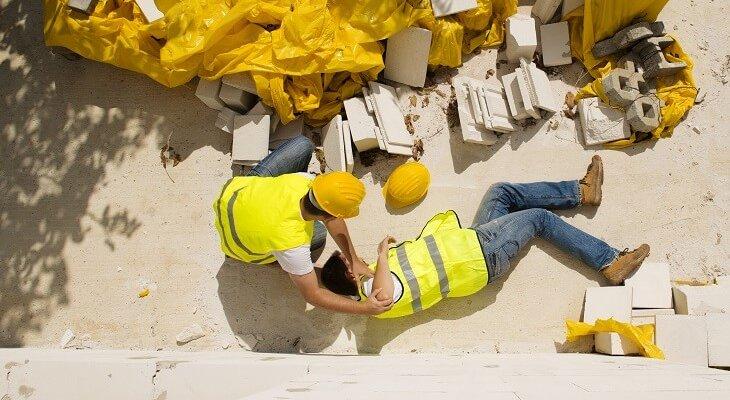 Wypadki na budowach. Fot. Halfpoint/Adobe Stock