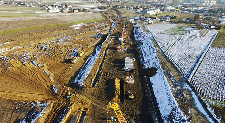 FOT. 1.   Tunel TS-14 – głębienie i betonowanie ścian szczelinowych. Fot. GDDKiA