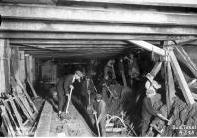 Budowa kolejowej linii średnicowej w Warszawie. Na zdjęciu konstrukcja odciążająca w tunelu oraz robotnicy. Październik 1928 r. Fot. Narodowe Archiwum Cyfrowe