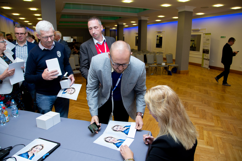 Joanna Brodzik podpisuje zdjęcia. Fot. inzynieria.com