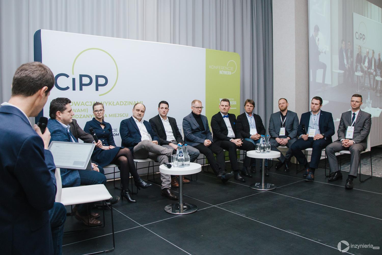 """Od lewej: dr inż Bogdan Przybyła (Politechnika Wrocławska), Sebastian Kasparek (AARSLEFF sp. z o.o.),  Anna Danek (Aquanet SA), Roland Szafraniec i Christian Scholz (SAERTEX multiCom GmbH), Mirosław Cecuga (Sezam Instal sp.j.), Marcin Matyjaszek (MPWiK Lublin sp. z o.o.), Rafał Chart (Insituform Linings Ltd), Rafał Żelazny (MPWiK S.A. w Krakowie), Jeremiasz Siejbik (POliner sp. z o.o.), Adam Gonera (MC-Bauchemie sp. z o.o.). Panel dyskusyjny w trakcie IV Konferencji """"Renowacja Wykładzinami (Rękawami) Utwardzanymi na Miejscu"""". Fot. Quality Studio dla www.inzynieria.com"""