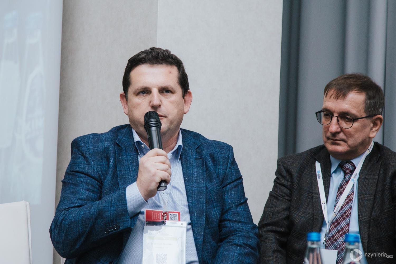"""Od lewej: Sebastian Kasparek (AARSLEFF sp. z o.o.) i Sławomir Kapica, ,,ELSE"""" TECHNICAL AND RESEARCH SERVICE CO. LTD. sp. z o.o. Panel dyskusyjny w trakcie IV Konferencji """"Renowacja Wykładzinami (Rękawami) Utwardzanymi na Miejscu"""". Fot. Quality Studio dla www.inzynieria.com"""