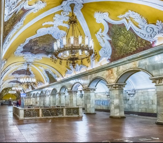 Niesamowite wnętrza stacji metra w Moskwie