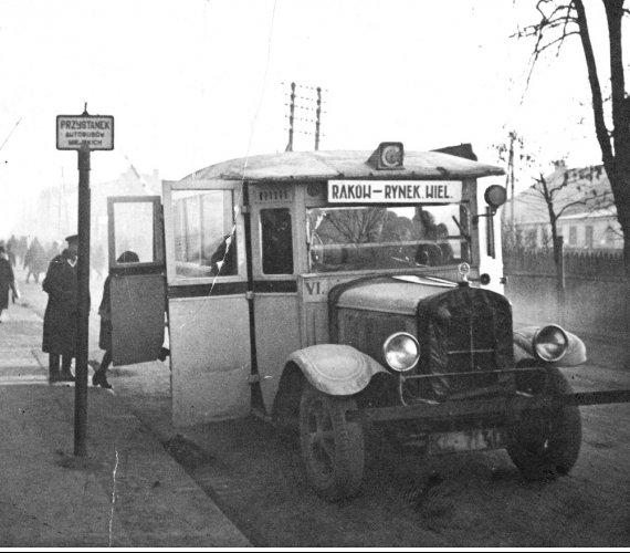 Takie autobusy kiedyś jeździły po polskich miastach [ZDJĘCIA ARCHIWALNE]