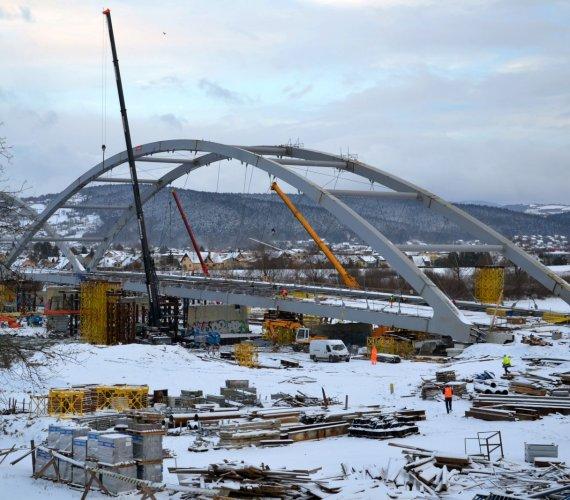 Na zimowym placu budowy mostu heleńskiego