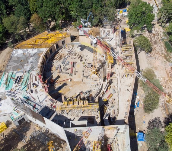 Budowa Orientarium w Łodzi: montaż konstrukcji dachu