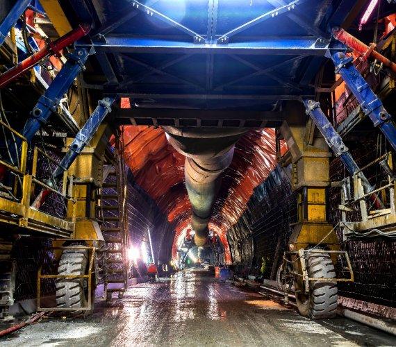 Eksplozje i wielkie maszyny: jak powstaje tunel pod alpejską przełęczą?
